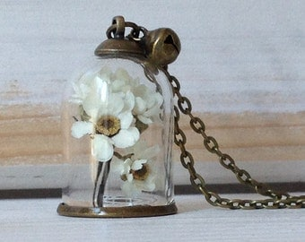 Long necklace with glass dome and flowers