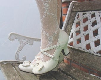 Lovely vintage cream patent leather Mary Janes / double sraps shoes / big front bow / wedding shoes / romantic shoes / size EU 38