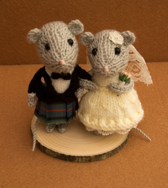 Knitting Cake Toppers : Bride and groom mouse in a little kilt wedding mice