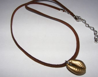 matte gold cowrie shell necklace 2