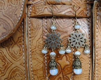 Tanger - earrings with milky beads