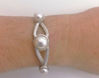 the button pearl cuff