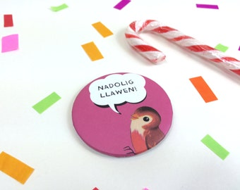 Badge Nadolig Llawen Welsh Text Merry Christmas Retro Hot Pink Robin 58mm