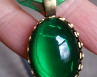 """Queens Royal Emerald Green Stone  Vintage Style cabochon Necklace w/  18"""" ribbon"""