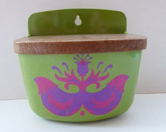Funky Vintage MELAMINE ROSTI MEPAL Wall Mounting Salt Pot. Green Plastic with Psychedelic Chickens 1960s