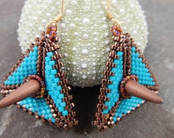 Blue gothic - blue triangular earrings with gold spikes