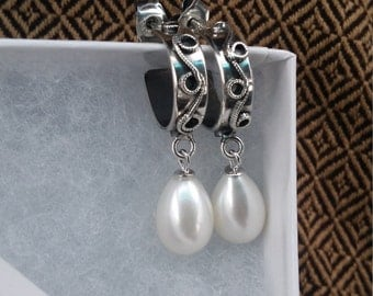 Oxydiced silver earrings with pearl.
