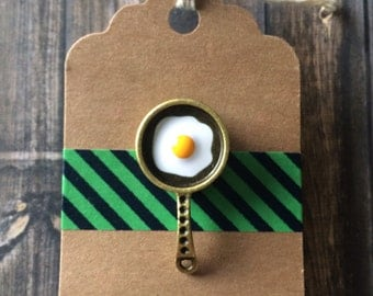 Frying Pan Lapel Pin / Tie Tack - Sunny Side Up Egg - Antique Bronze Tone Pan