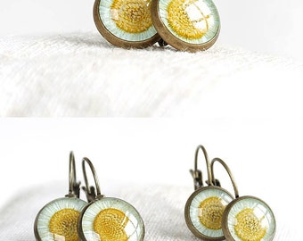Daisy earring Best gift|for|friend Cute gift for mom Everyday jewelry for mom Small round earring Daisy jewelry Resin Pressed flower earring