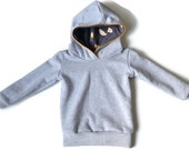 Hoodie organic cotton: gray with ocher yellow autumn leaves. Slimfit hood for toddler boys and kids! Jersey lined hood for extra warmth.