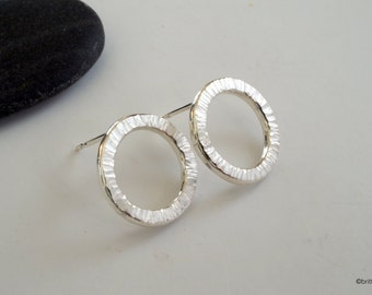 Silver round hoop ear studs // circle earrings // creole ear hoops with hammered surface // hoop earrings // gifts for her