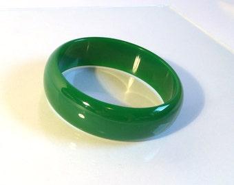 "Vintage Bakelite Bangle - Wide 1930s 40s Emerald Green Bakelite Catalin Bracelet 15/16"""