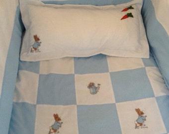 Peter Rabbit Pathwork Cot Bed Set. Bumper. Padded Quilt. Pillow. White. Blue
