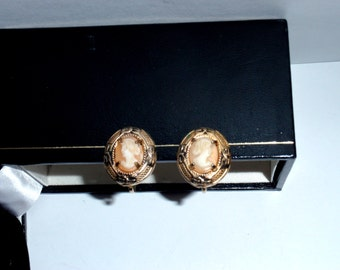Vintage Gold Tone Screw Back Cameo Earrings.