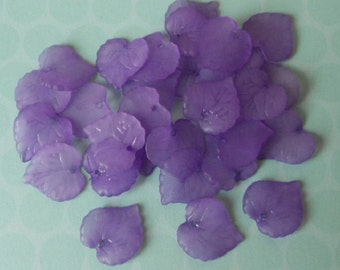 Pack of 30 frosted acrylic leaf beads, purple