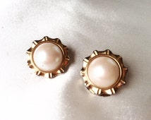 Vintage 60s Pearl and Gold Clip On Earrings,Button Clip On Style,Champagne Cream Pearl,Estate Earrings,Trendy Classic Clips,Harpers Bazaar