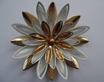 Vintage Sarah Coventry Gold & White Tone Metal Flower Brooch FREE UK POSTAGE