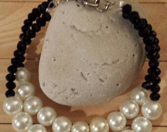 Pearl bracelet with black crystals