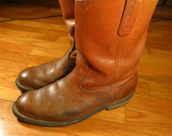 Red Wing Pecos Men's 10 B Narrow Vintage Pull On Work Wellington  Cowboy Boots Vibram Rubber Sole Made in America Tan Light Brown Leather