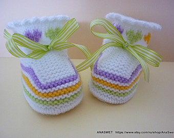 Knitted baby booties/slippers/shoes in white with an embroidery and a ribbon, for girls