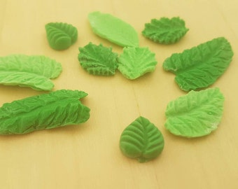 50 edible sugar paste leafs in various shapes and 2 colours.