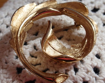 Monet Gold Tone Leaf Swirl Circle Brooch