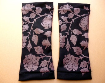 Arm cuffs with floral screen print, black / marsala