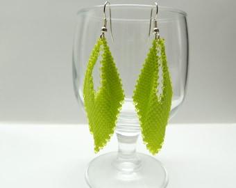 Boucle d'oreile en forme de feuille en perle Miyuki delicas en peyote vert chartreuse matte et transparente