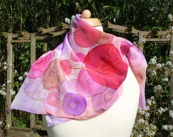 Silk scarf in 100% silk crepe de chine with pink-red bulbs. Hand-painted.