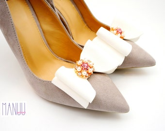 White bows with gold embellishments - shoe clips Manuu, Bridal shoe clips, Wedding shoe clips