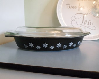 "Vintage PYREX Black ""Gaiety Snowflake"" Divided serving casserole dish with lid 1950s/1960s"
