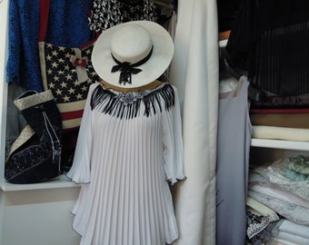 shirt-tunic blouse pleated floral and fringed with soleie application on the neckline front-edge black rousc