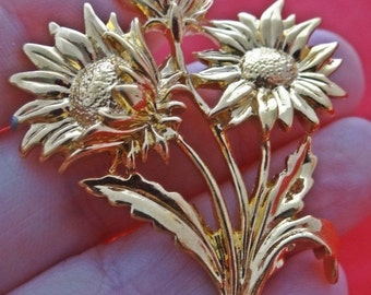 "20% off sale Vintage gold tone bunch of daisies 2"" brooch in great condition"