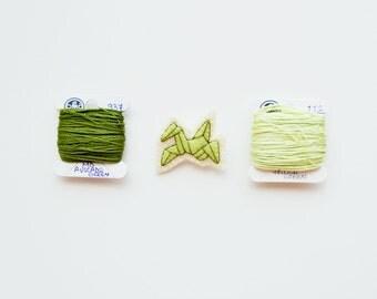 Origami Crane Pin / Tiny Japanese Origami Crane Wool Felt Brooch / Japan Lover Felt Brooch / Origami Enthusiast Brooch / Japanese Symbol Pin