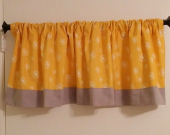 Design your Own Valance with Contrasting Fabric Band