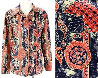 XL 1970s Shirt - Red & Navy Blue Faux Batik - Size 20 - Peacocks Flowers Novelty Print - 70s Casual Top - Long Sleeve - Bust 48 - 45875