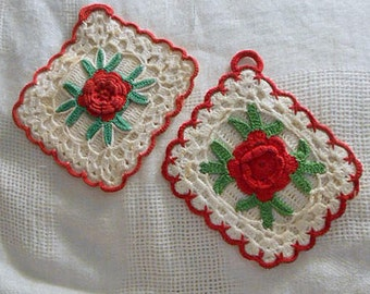 2 Raised IRISH ROSE POTHOLDERS Red Roses Green Leaves Ivory Shell Stitches Scallop Border Top Loop, 1940s Cute Kitchen Vintage Handmade