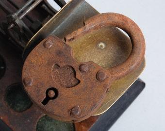 Antique metal padlock, original rustic patina. (IL)