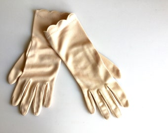 1950's Beige Scallop Edge Lady's Gloves