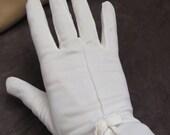 Beautiful Ivory Off White Ladies Nylon Wrist Gloves Stretch (07M)