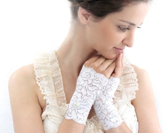 Bridal lace Gloves, ivory wedding gloves, short wedding mittens, bridal cuffs