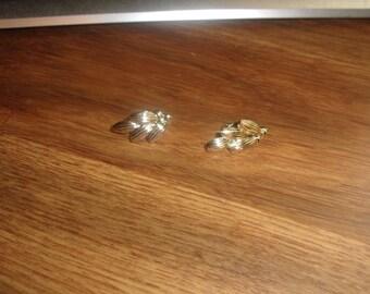 vintage clip on earrings goldtone leaves coro