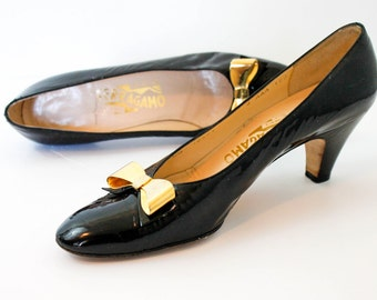 Vintage Ferragamo heels . black patent leather pumps . 1980s Ferragamos with bows . size 8