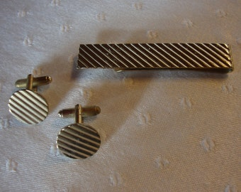 Vintage gold tone cuff links round with ribbing and matching wide tie clip
