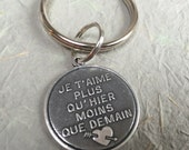 Silver French poem keychain, Très chic - Poetic French Lovers Keychain Je t'aime plus qu'hier moins que demain'
