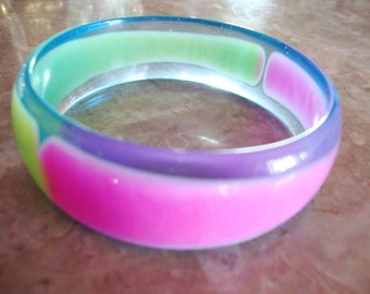 1960s VINTAGE LUCITE Transparent Clear With Marbled Green And Pink Mod Stripe Plastic Bangle Bracelet
