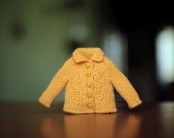 Knitted light orange ribbed sweater for Blythe