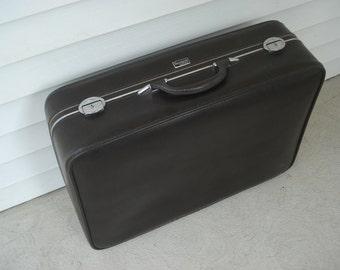 Beautiful Wallstreeter suitcase by Earhart - lots of great details