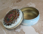 Small Daher tin - 1960s tin made in England - collectible Daher tin - trinket box - vanity box - metal vanity box - powder box