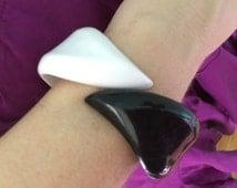 MOD 60s white/black lucite clamper hinged bangle bracelet statement boho hippie chic